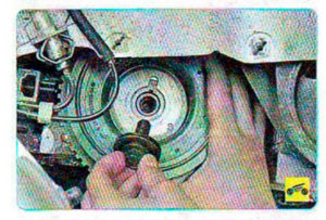 Снимаем шкив привода генератора